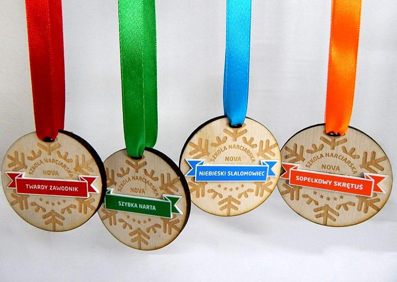 Pamiatkowe medale dla narciarzy w czterech kolorach