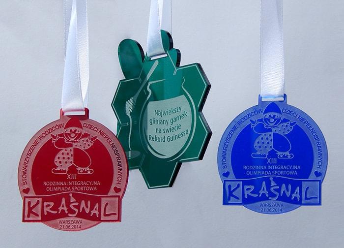 Medale z transparentnej pleksi w trzech kolorach