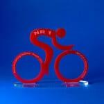 Statuetka rowerzysta z pleski czerwonego i bezbarwnego