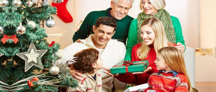 Rodzina rozpakowująca medale świąteczne