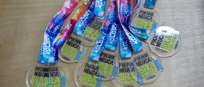 Kolorowe medale z pleksi na zamówienie