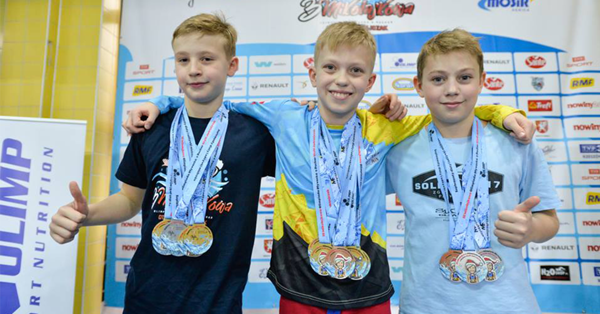 Chłopcy na podium z medalami dla pływaków produkcji Modern Forms