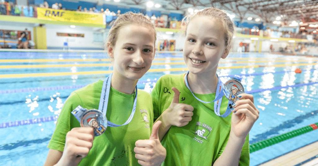 Młodzi pływacy zmedalami sportowymi Modern Forms