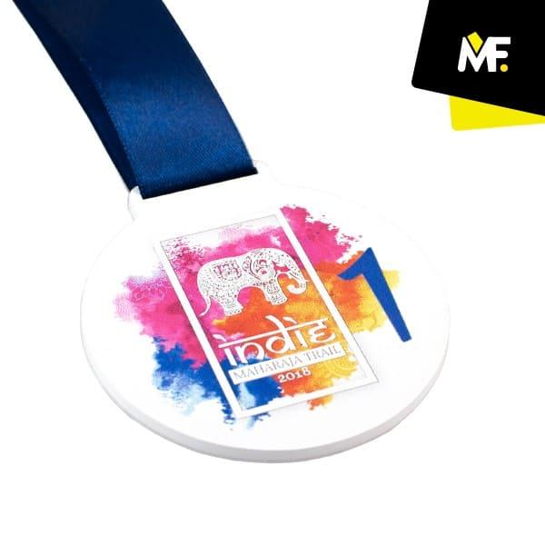 Kolorowy medal zesłoniem produkcji Modern Forms