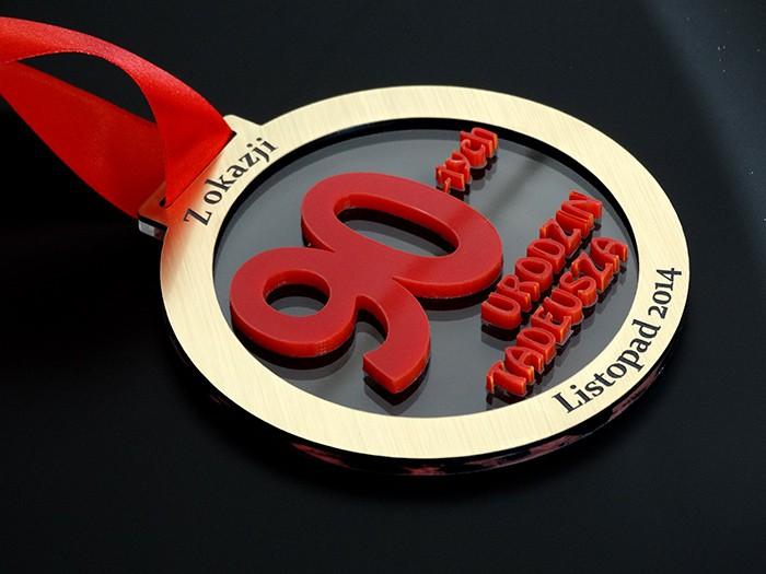 Medal urodzinowy zlaminatu grawerskiego, czerwonej ibezbarwnej pleksi